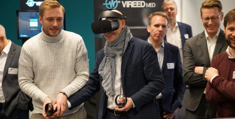 Hamburgs Wirtschaftssenator Michael Westhagemann übt sich zusammen mit CO-Founder Nick Wiese von VIREED im Bereich Virtual Reality
